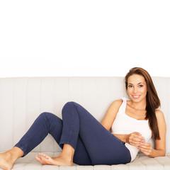 junge Frau chillt auf Sofa