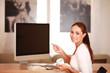 Frau deutet auf Bildschirm