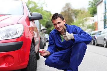Mechaniker überprüft Profiltiefe