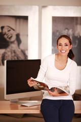 junge Frau mit Zeitschrift