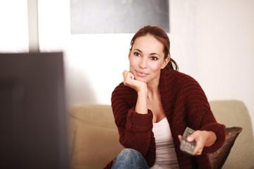 junge Frau vor dem TV