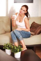 junge Frau am Sofa