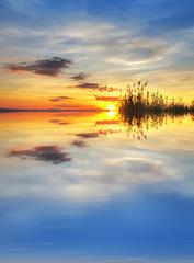 reflejos de nubes de colores en el lago