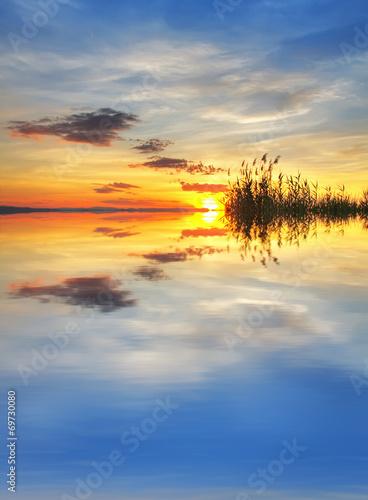 Fotobehang Een Hoekje om te Dromen reflejos de nubes de colores en el lago