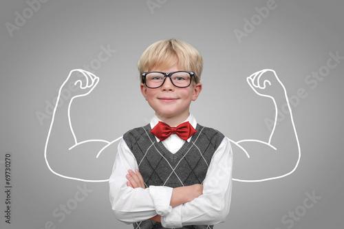 Kind mit Muskeln / Stärke Selbsbewusstsein - 69730270