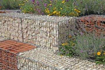 gabion décoratif de pierres et de tuiles