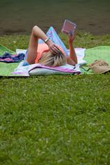donna legge un ebook