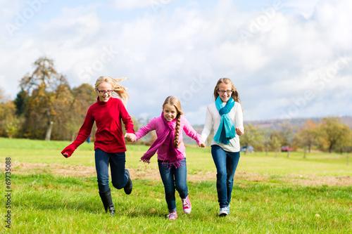 canvas print picture Mädchen rennen durch Herbst Park