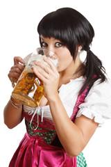 schöne Frau trinkt Bier aus dem Masskrug