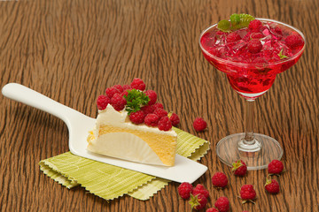 Rasberry cheesecake with fresh rasberries juice drink