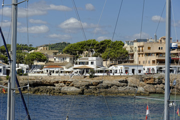 Mallorca, Blick vom Hafen auf die Stadt Cala Rajada im Hintergru