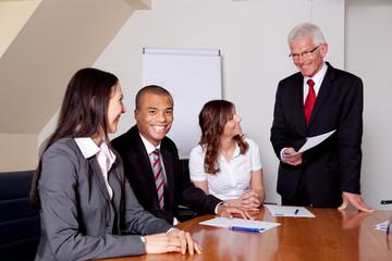 Chef mit Team in einer Besprechung