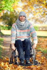 Rollstuhlfahrer im Park