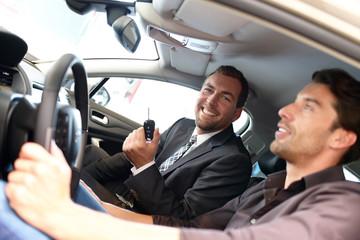 erfolgreicher Autoverkäufer //successful car salesman