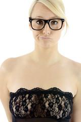 Twen in Dessous trägt Hornbrille