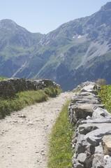 chemin empierre dans les alpes