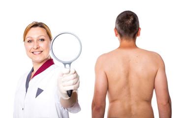 Ärztin mit Lupe fordert zur Vorsorge auf