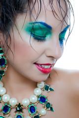Mujer hermosa con joyería y maquillada