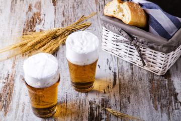 Birra su tavolo di legno e grano