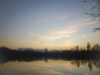 Sonnenuntergangsstimmung  am See mit  den Alpen im Hintergrund