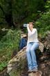 Junge Frau beim Wasser trinken