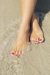 Piedi di donna con unghie colorate