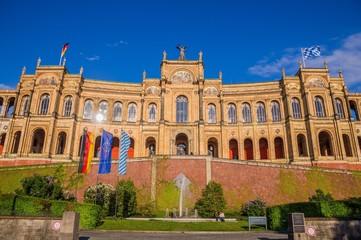 Maximilianeum in München mit wehenden Fahnen