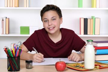 Junge macht Hausaufgaben in der Schule