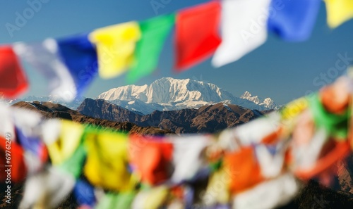 In de dag Nepal Mount Saipal with prayer flags