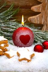 Kerze mit Herzmotiv