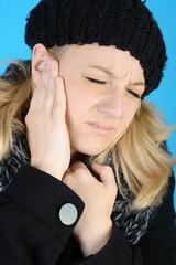 Frau hat Ohrenschmerzen im Winter