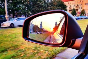 Sonnenuntergang im Rückspiegel