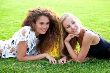 Две красивые девушки отдыхают на траве