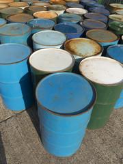 並んだドラム缶