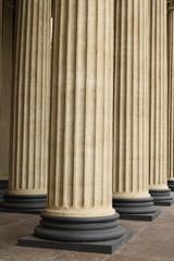 колонны на подставке