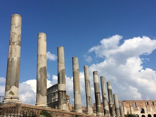Columnas delante del Coliseo Romano
