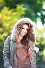 junge Frau mit Kapuze im Freien