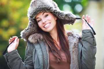 junge Frau mit Mütze draußen
