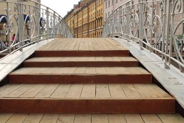 ступени на мостовой