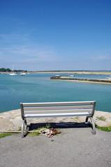 banc sur un quai de port