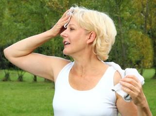 Dame beim Sport mit Handtuch an der Stirn