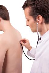 Arzt hört Patienten mit dem Stethoskop ab
