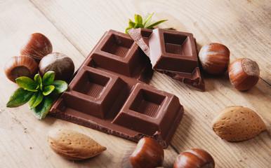 Composizione di cioccolato, nocciole e mandorle