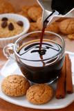 versare il caffè caldo nella tazzina di vetro