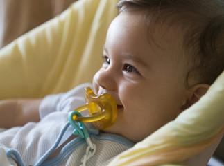 Bebé con chupete riendo