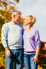 Senioren im Herbst auf Spaziergang in Natur