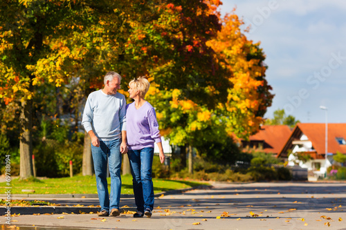 canvas print picture Senioren im Herbst auf Spaziergang in Natur