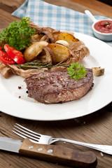 steak fleich gericht auf dem tisch