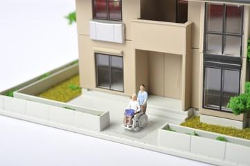 車椅子を使っている高齢者と介護している人
