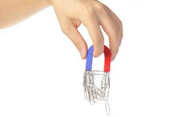 磁石を持っている人間の手
